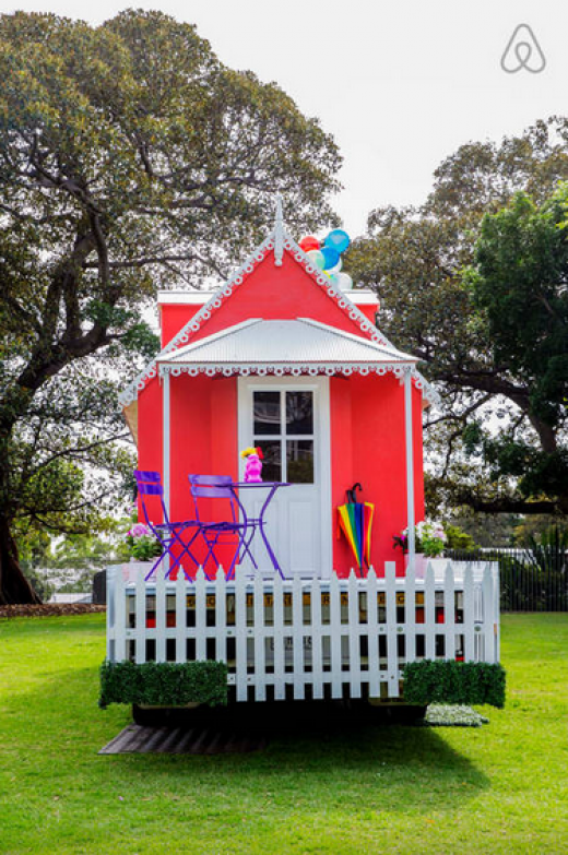 airbnb offre une nuit dans un char pour la parade de mardi gras sydney hostwithpride. Black Bedroom Furniture Sets. Home Design Ideas